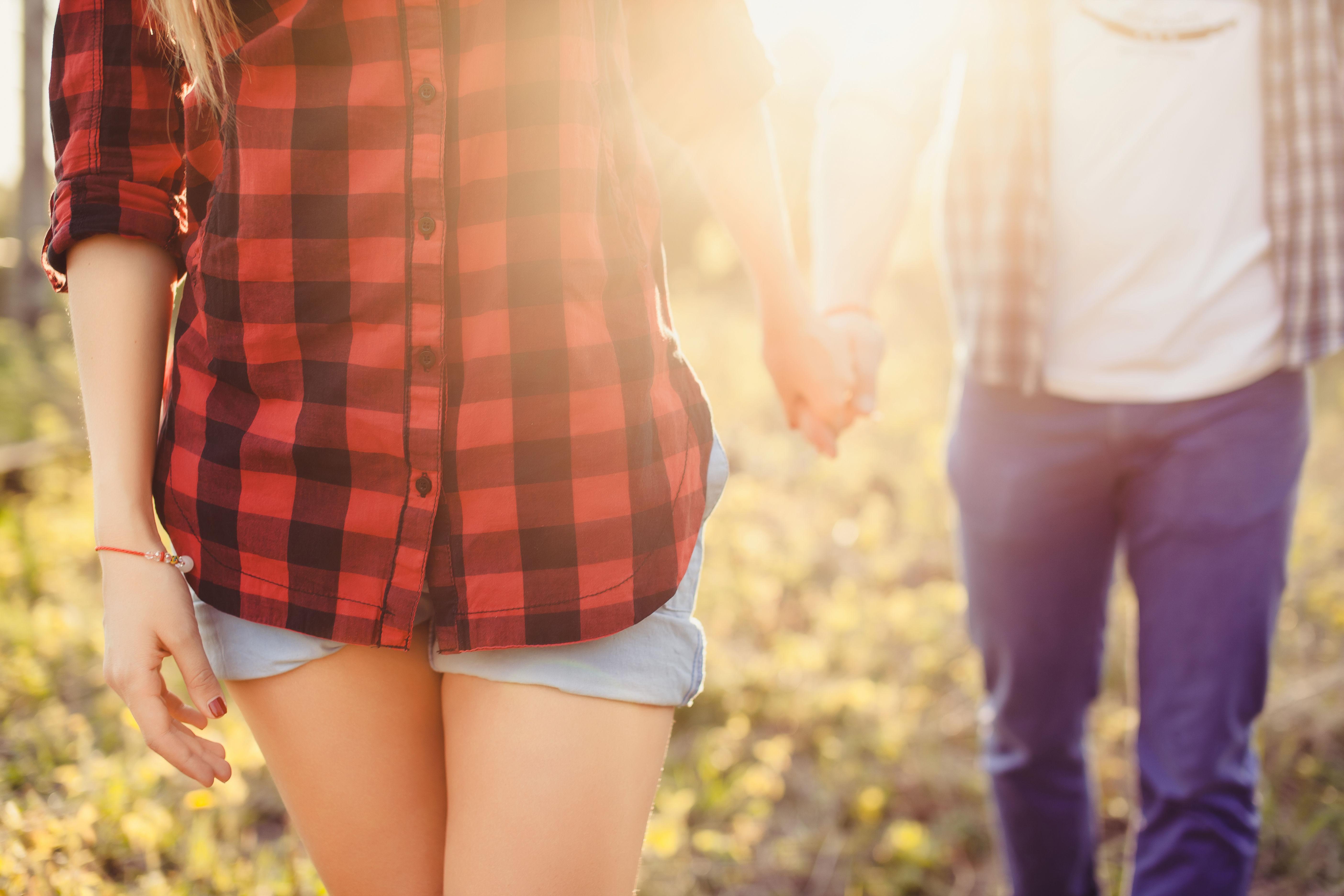 女性が前に歩く男女