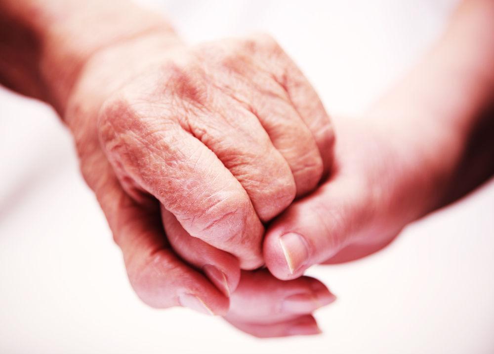 老人と若い人の手