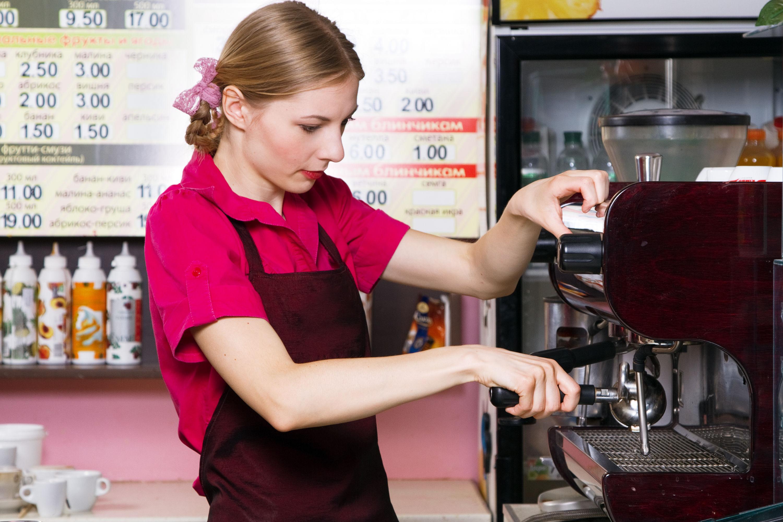 コーヒーを作る女性