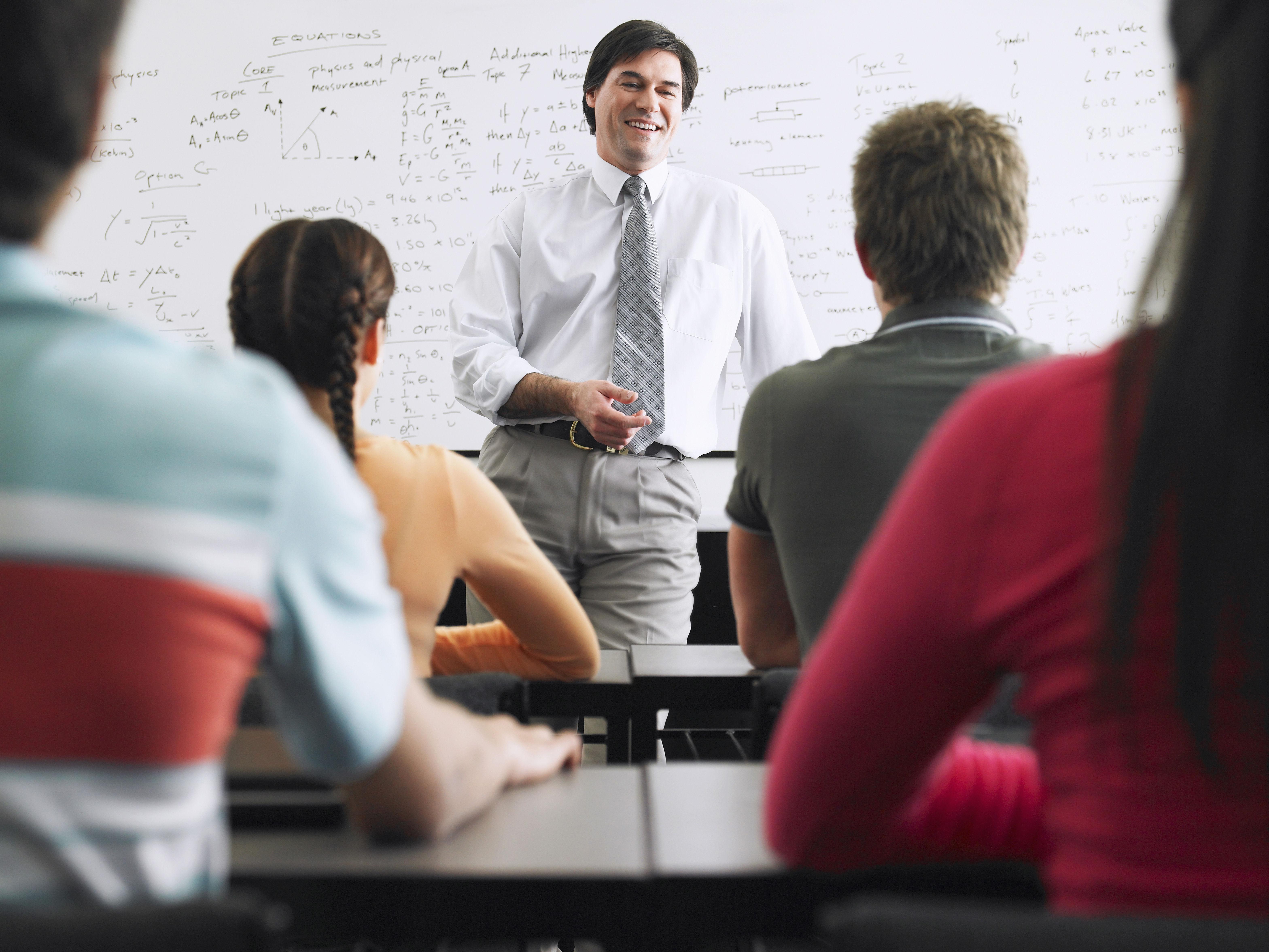 生徒に教える教師