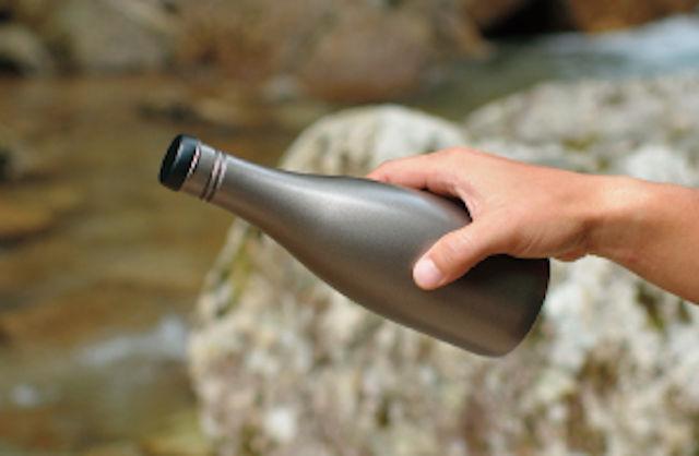日本酒を持ち運べるクールなボトル「酒筒Titanium」