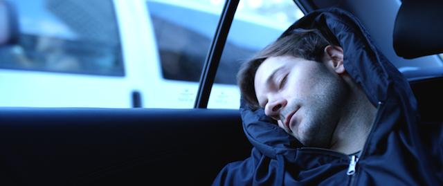 どこでも眠れる!「枕付きパーカー」がアメリカで話題を呼んでいる
