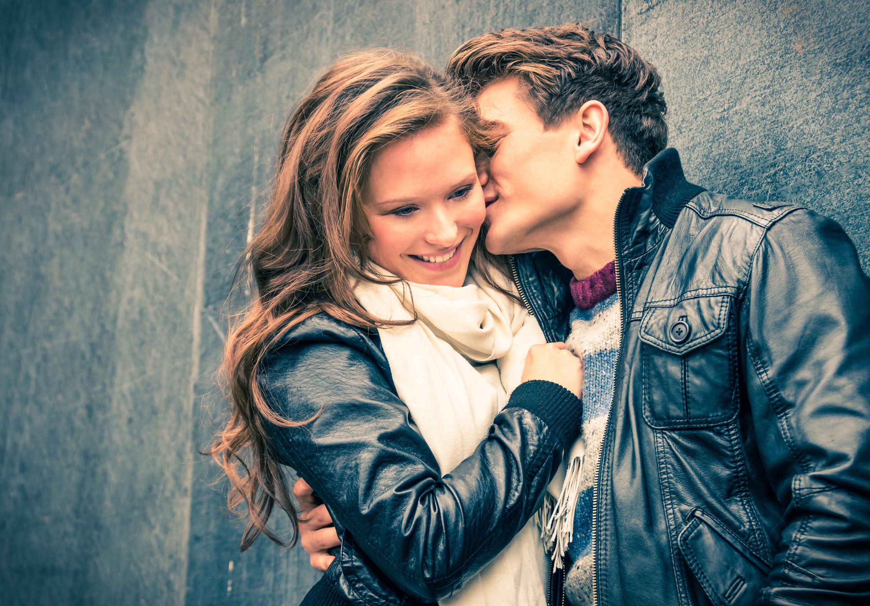 キスする男性