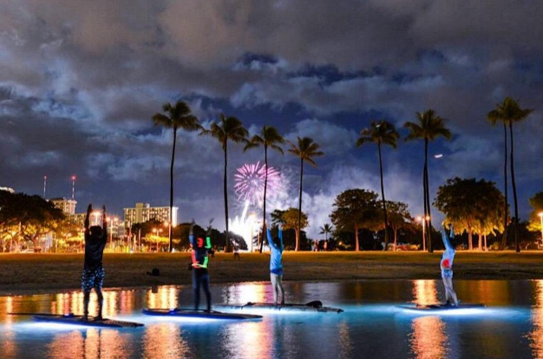 ハワイで大注目「SUPナイトヨガ」 海の上から花火も見れる!