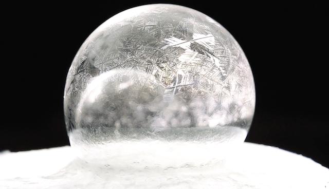 【自然のアート】氷点下15℃で「シャボン玉」を膨らませたらこうなる