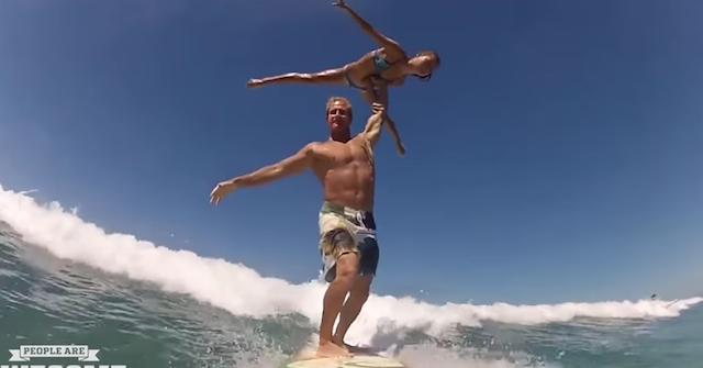 【神ワザ】運動神経抜群のカップルが「サーフィン」した結果・・・
