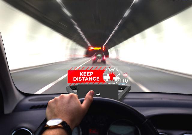 文字と音で危険を警告。どんな車にも搭載可能な「運転支援」デバイス