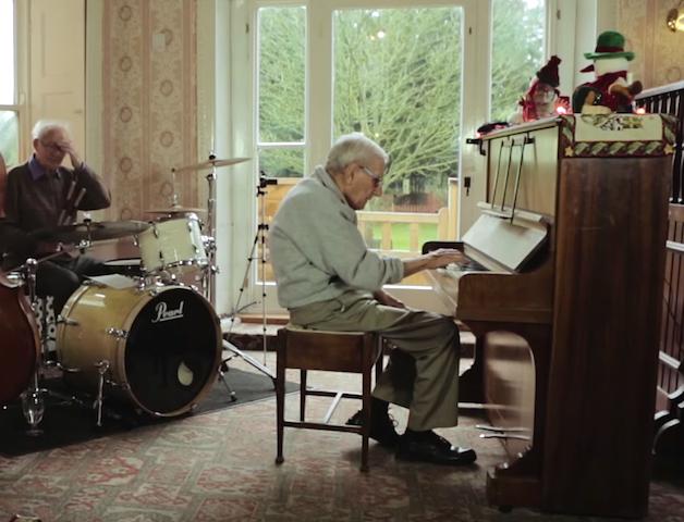 95歳、認知症のおじいちゃん 大好きなピアノの前に久しぶりに座ると・・・指先は覚えていた!