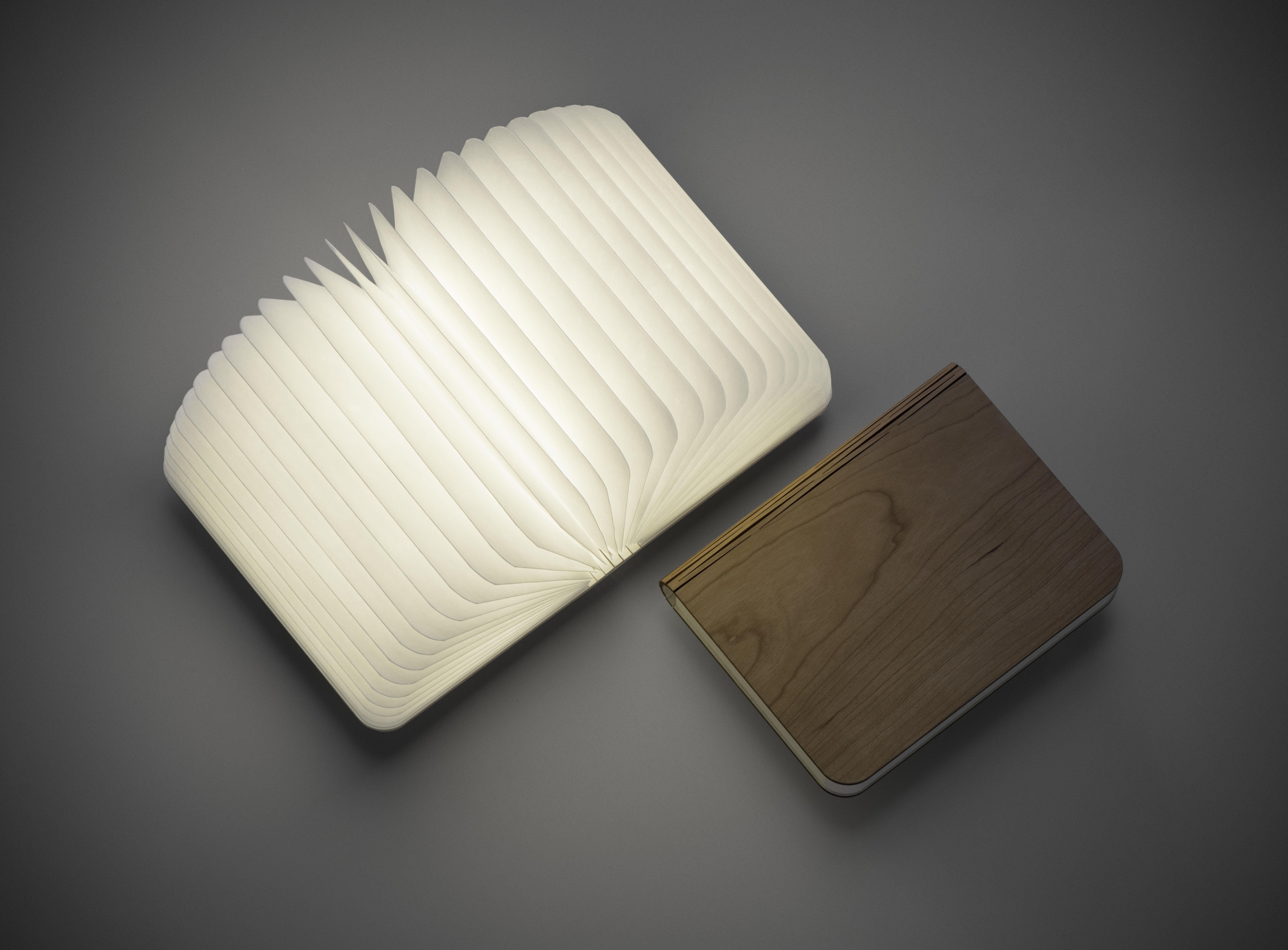 本を開くと明かりがつく!「ブック型ライト」が素敵