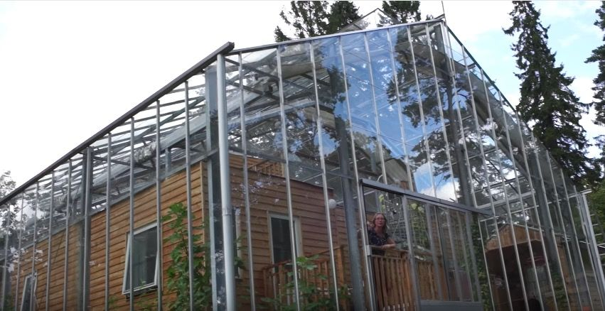 ビニールハウスのように太陽光で温まる「ぽかぽかエコハウス」(スウェーデン)