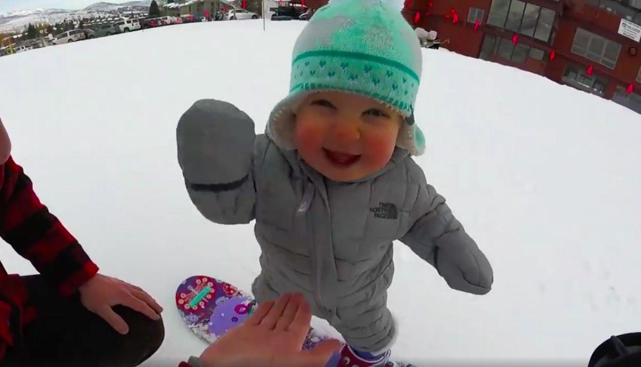 生後13カ月の「チビっ子スノーボーダー」が天使のような可愛さ・・・