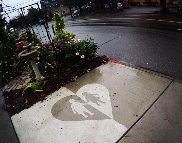 雨の日が楽しくなる!濡れると絵が浮き出てくるアート「Rainworks」