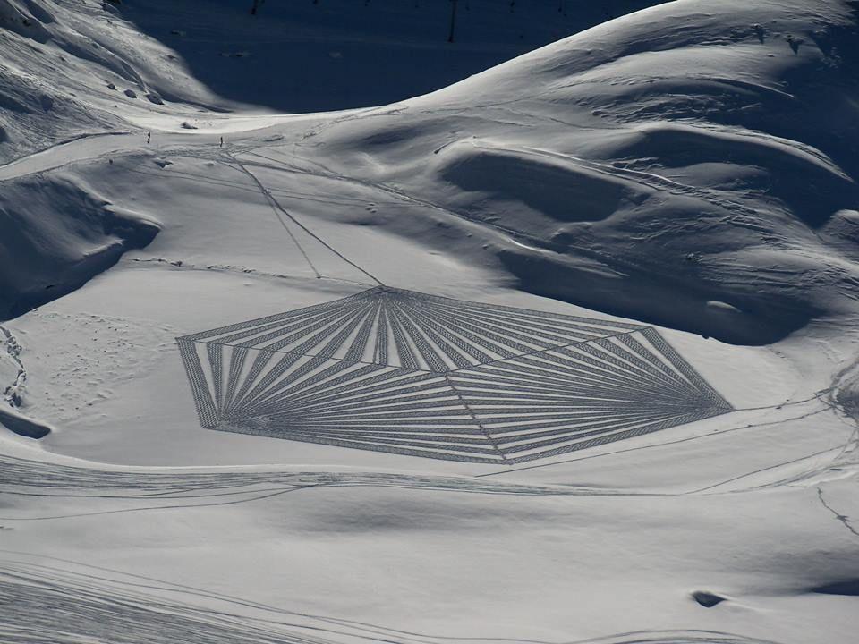 イギリスのおじさんが「足跡」で描くスノーアートが美しい