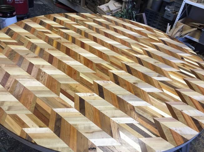 NY・ブルックリンの小さな工場で、「廃材」はお洒落なテーブルに生まれ変わっていた