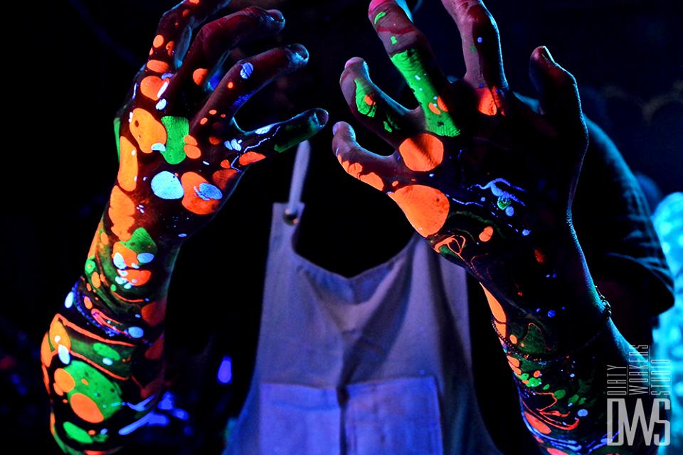 ブラックライトで光る色鮮やかなペイント「ボディマーブリング」