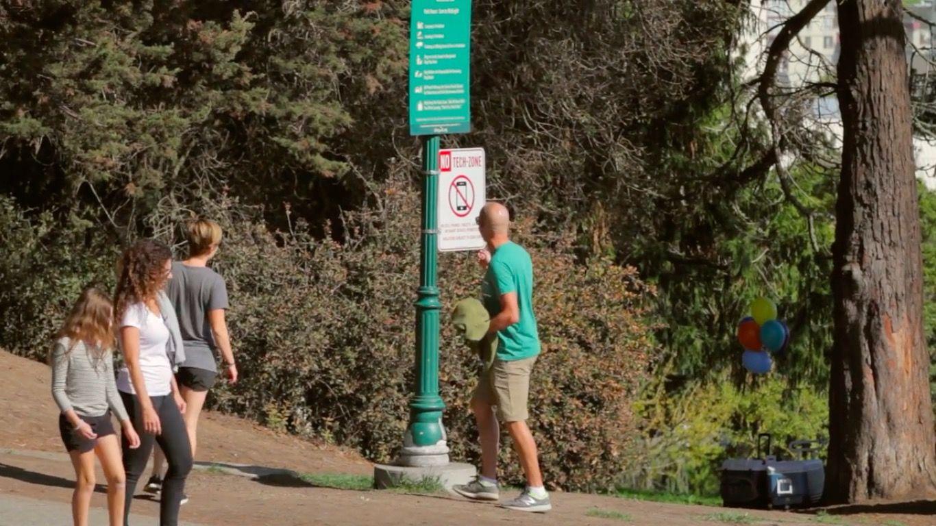 この場所でスマホを使ったら罰金約35,000円。サンフランシスコに出現した「とある看板」に考えさせられる・・・
