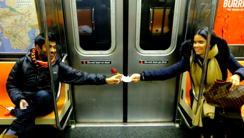 バレンタインのNY。地下鉄の座席に置かれた「赤いバラ」が乗客をハッピーにした(動画あり)