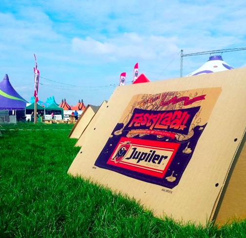 欧米の野外フェスでは、リサイクルできる「ダンボールテント」で寝泊まり!?