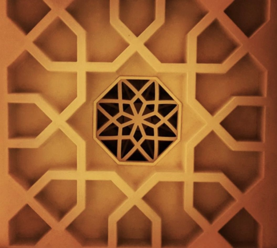 左右対称に広がる「モスクの天井」を捉えた20枚の写真