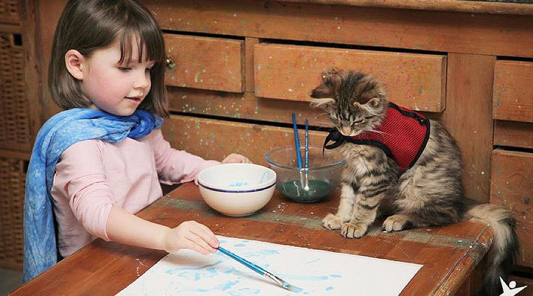自閉症の画家アイリスちゃんと、彼女の心を開いた一匹の猫