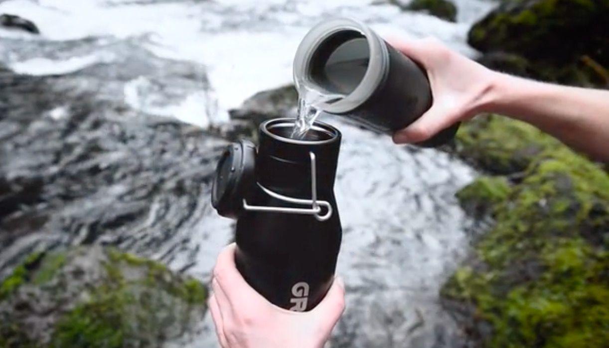 ギューッ!と押すだけ。除去率99.999%の浄水器ボトル「GRAYL」