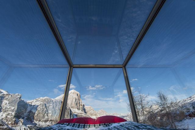 標高2,055mのゲレンデに「極小キャビン」が出現。ガラス張りの室内はベッドだけ!