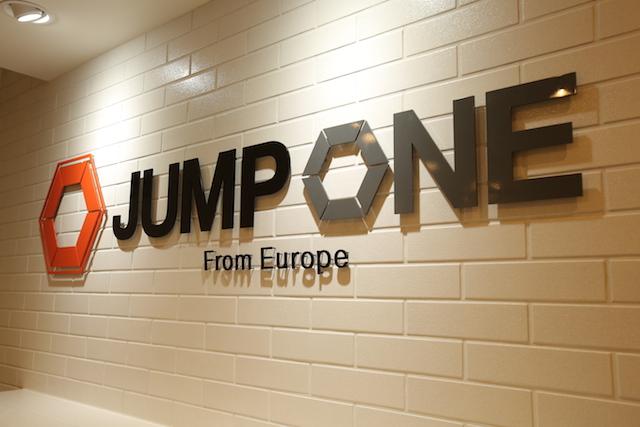 ヨーロッパで大ブレイク中!暗闇で行う「トランポリンフィットネス」が日本初上陸