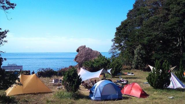 船でしか行けない、一日一組限定の「キャンプ場」が気になる