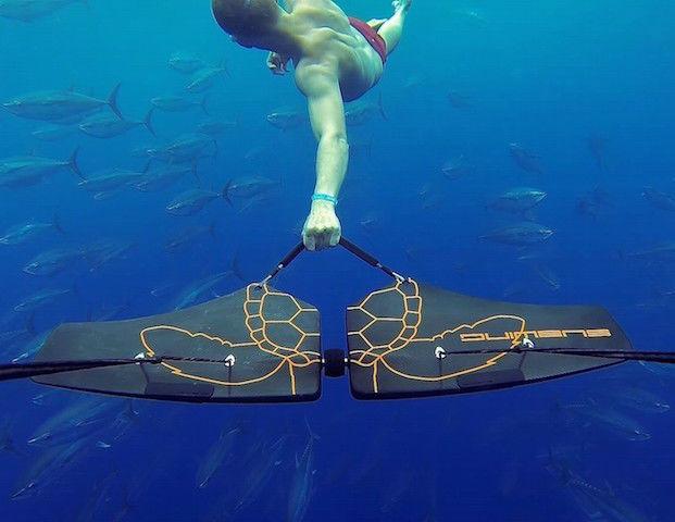 まるで人魚!海中をスイスイ泳げる「サブウイング」が気持ち良さそう