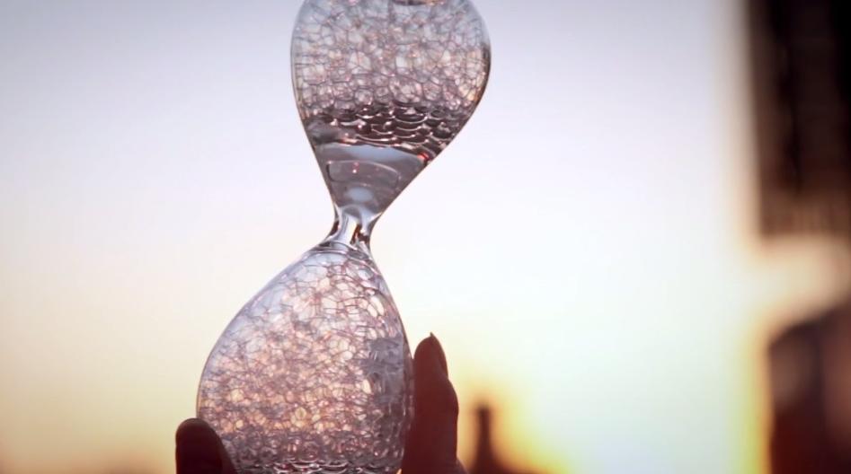 泡が刻む時間、あいまいを楽しむ「泡時計(awaglass)」