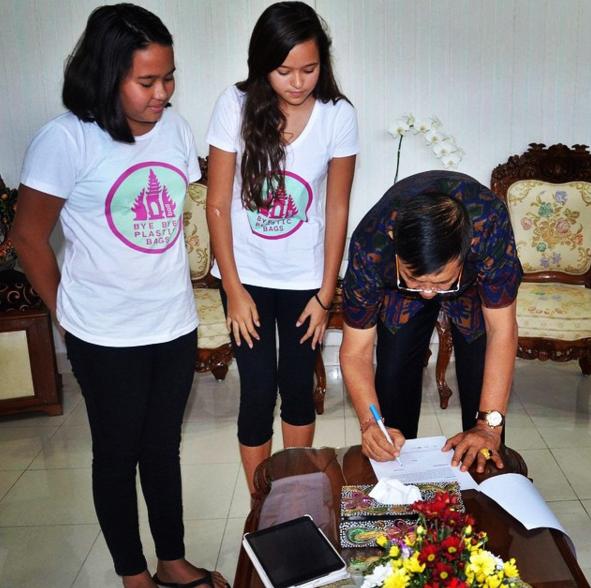 姉妹の熱意に州知事が動いた!バリ島「2018年までにレジ袋撤廃」へ