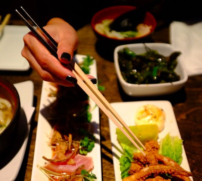 先端がテーブルに着かない箸。その名も「Gravity Chopsticks」!