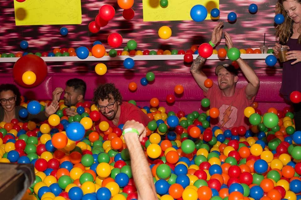 大人が「ボールプール」で楽しむには、お酒も必要。ということでBARに40,000個!