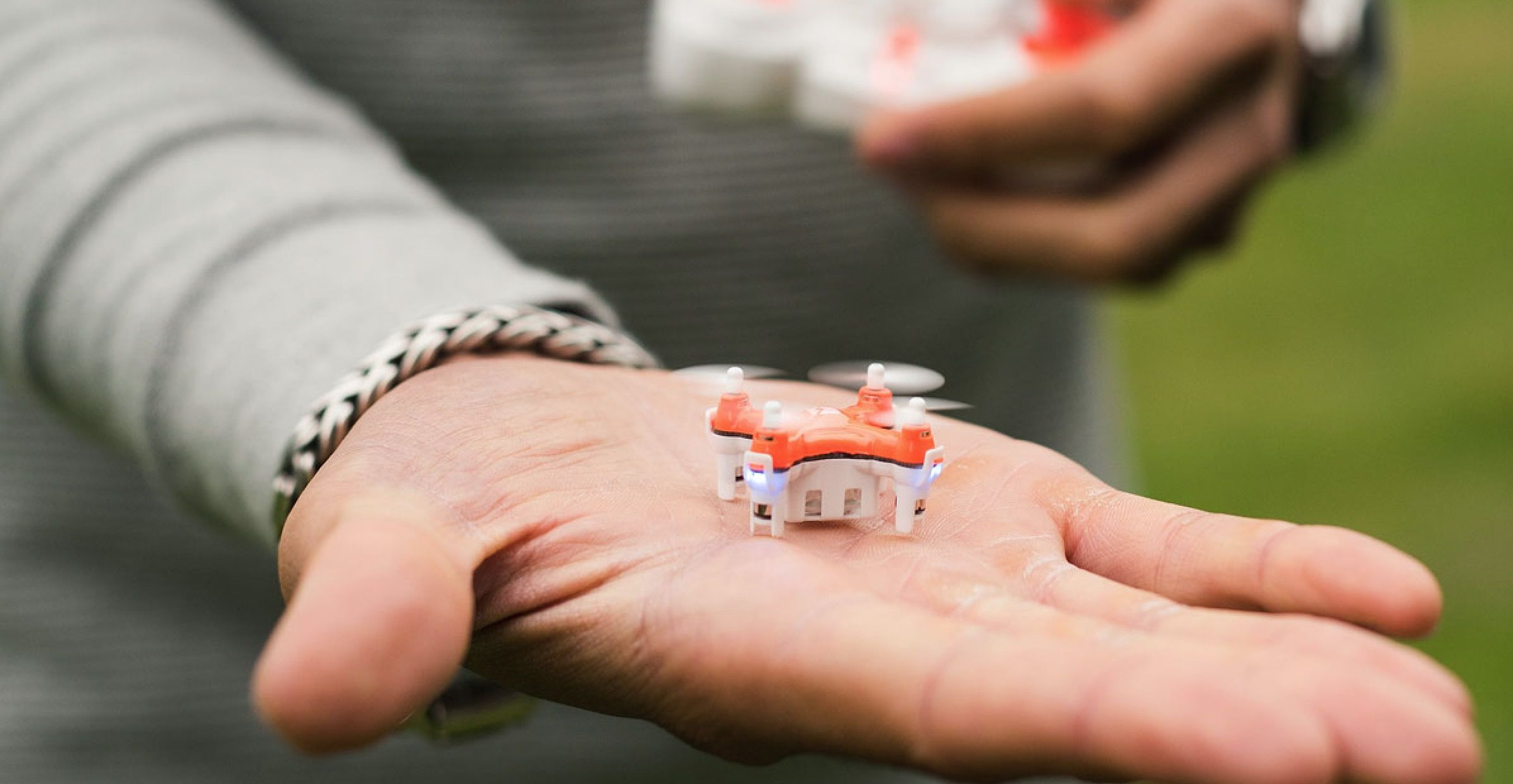 世界最小「約2cm」のドローン。ハイスペックでめちゃめちゃ安い!