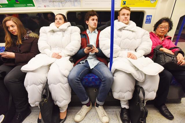 どこでも寝れる「布団型スーツ」が誕生。