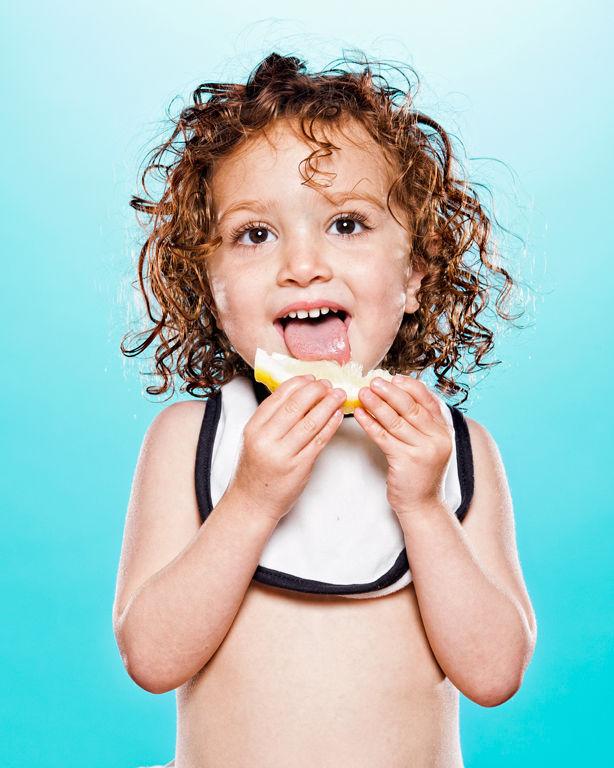 人生は甘くない!?生まれて初めて「レモン」に出会った赤ちゃん(写真14枚)