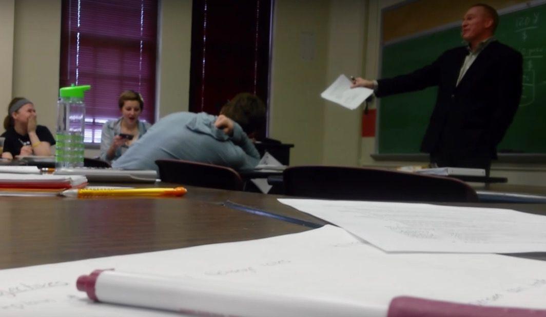 講義中に着信アリ!女子大生にスピーカーで話すよう罰ゲームを促した教授が謝罪へ(動画あり)