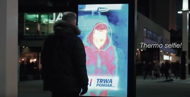 ポーランドの街中に現れた、「世界初の看板」とは?