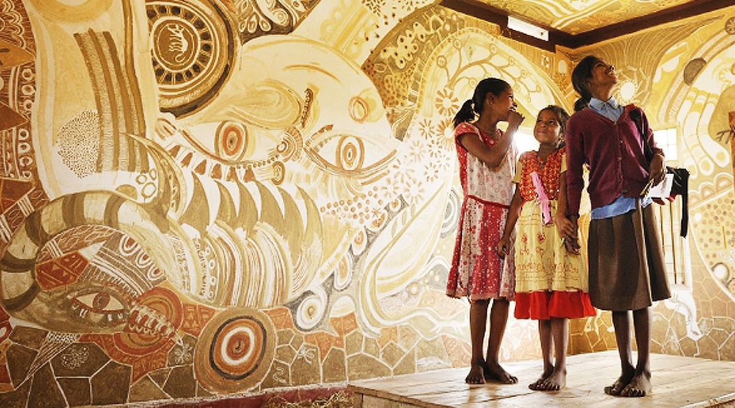 インド貧困地域に建つ学校を「アートのチカラ」で支援する、国際的な芸術祭って?
