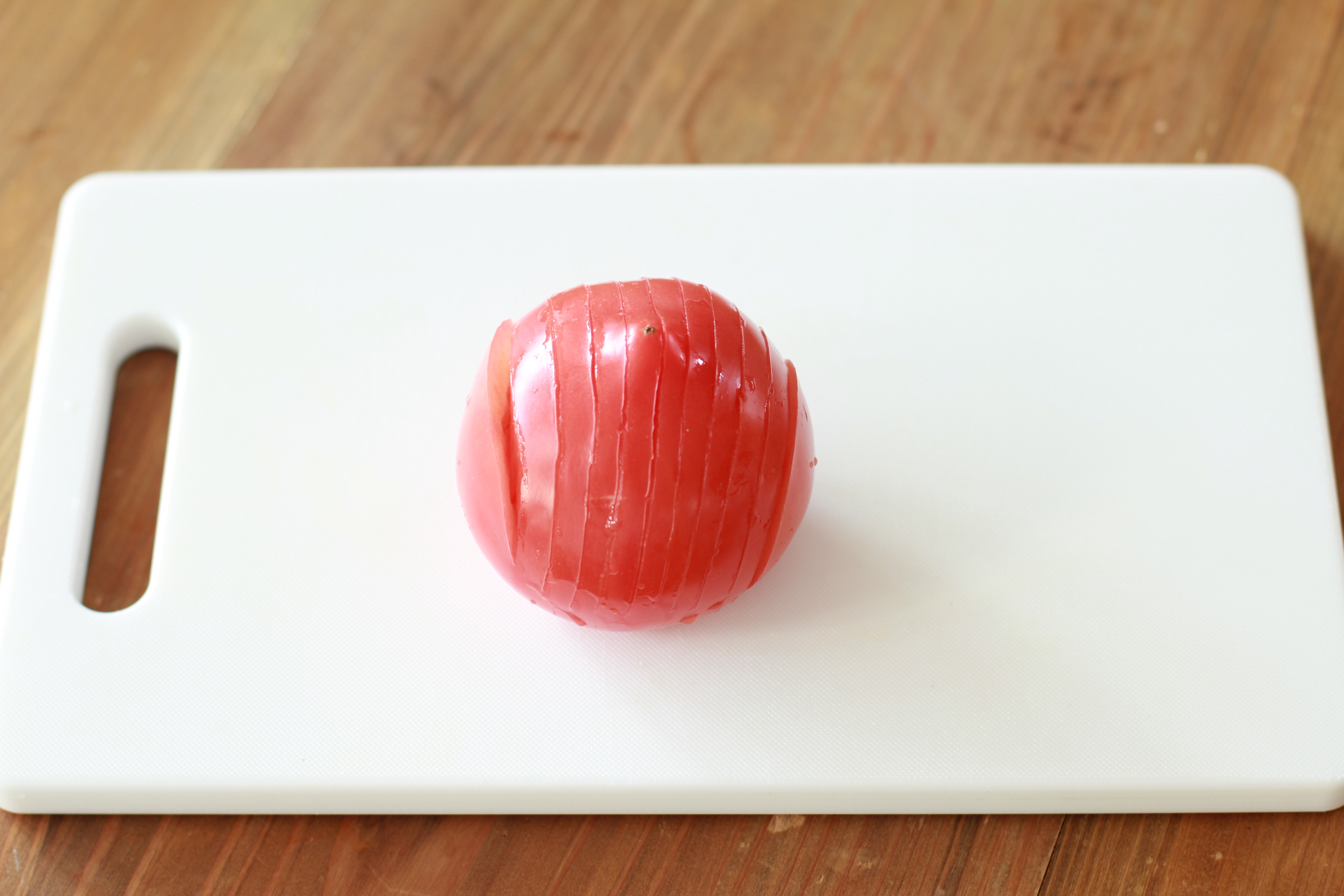 トマトしかない時に、誰でも作れる「ハッセルバックトマト」を試してみて!