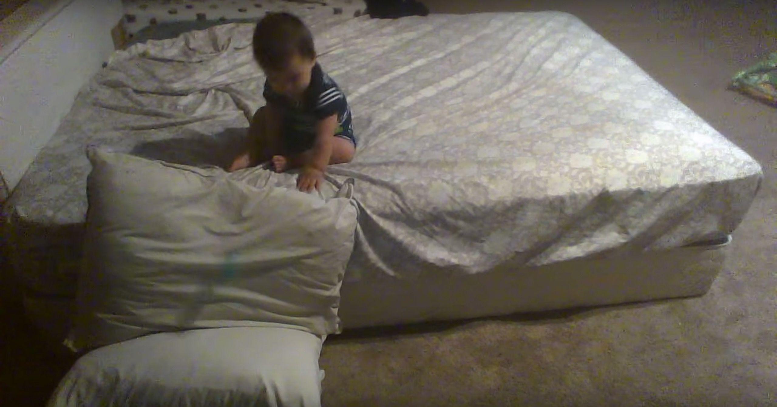 生後11カ月。「天才赤ちゃん」のベットの降り方が秀逸すぎる・・・
