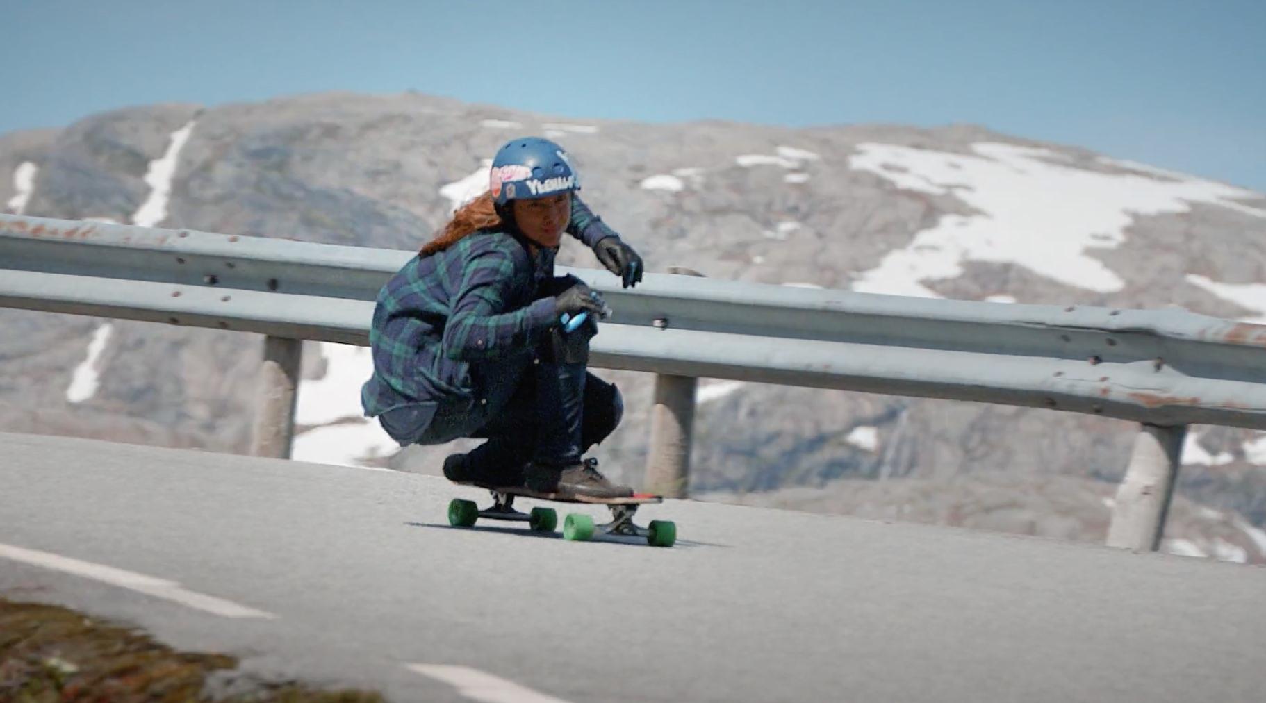 疾走感サイコー!天真爛漫な美女ボーダーが、ノルウェーの山々を滑走する(動画あり)