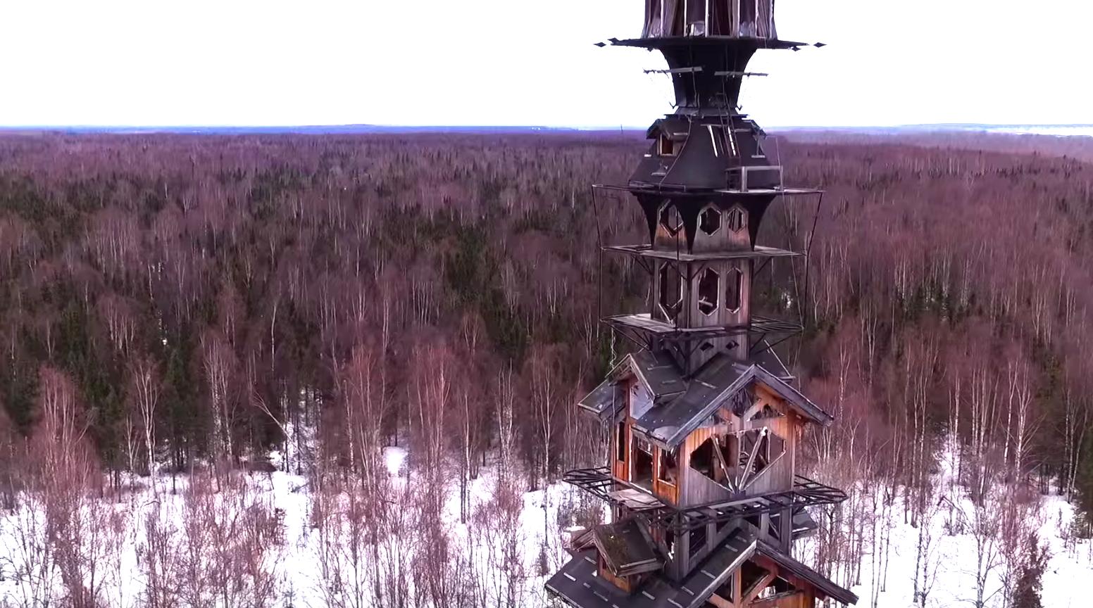 アラスカの荒野に、天高くそびえる「家」があった!