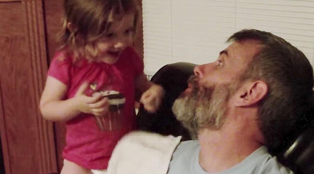 愛娘から笑顔を奪い去った「いないいないばあ」。パパのアレが大変なことに!?