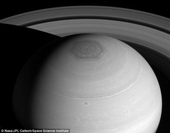土星にある「六角形の渦」。その謎がついに解明!