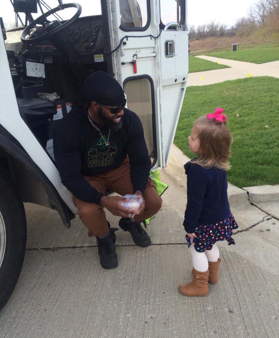 ゴミ収集作業員に恋をした3歳の少女。まさかの展開に全米がほっこり!