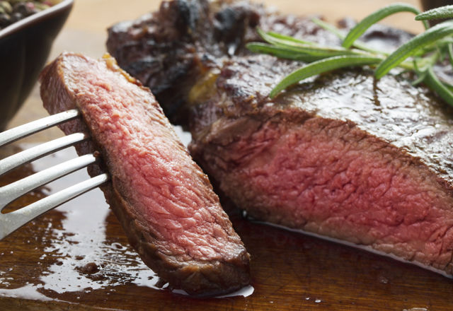 ステーキを焼く時「ひっくり返すのは一回だけ」は間違いだった!