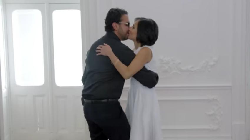 「僕は色覚異常なんだ・・・」そんな夫が初めて妻の赤い唇を見たら?(動画あり)