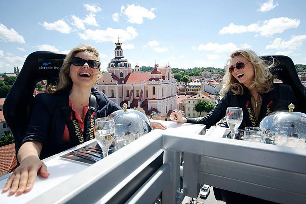 クレーンに吊られてフライハイ!世界55カ国でオープンした「空中レストラン」って?