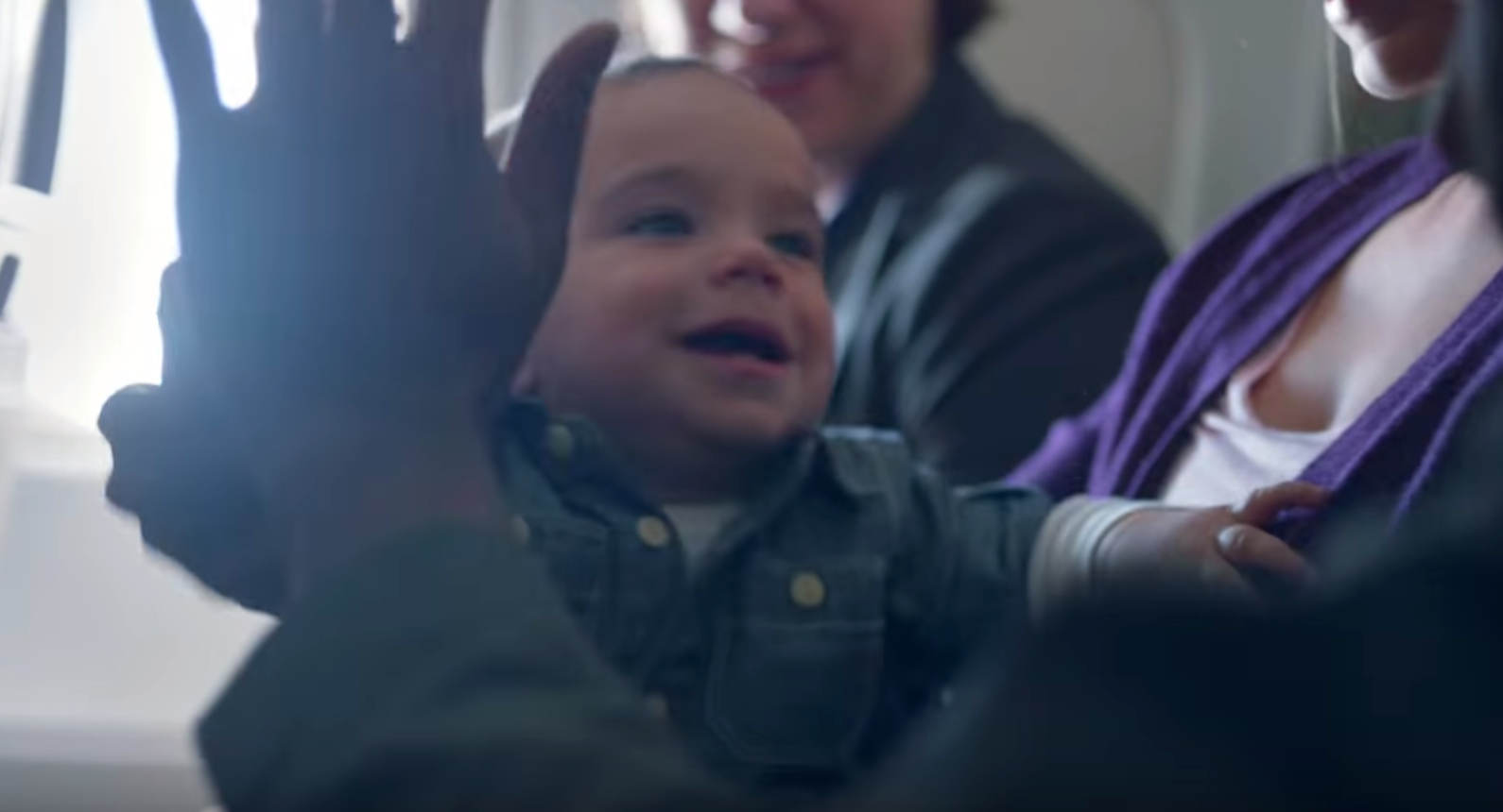 【ナゼ?】機内で赤ちゃんが泣くたびに、乗客全員がハッピーになったワケ